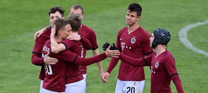 Fotbalisté Sparty oslavují gól Davida Moberga Karlssona ve čtvrtfinále poháru proti Jablonci
