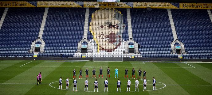 Fotbalisté před zápasem klubů Birmingham City vs. Stoke City uctili památku prince Philipa dvěma minutami ticha.