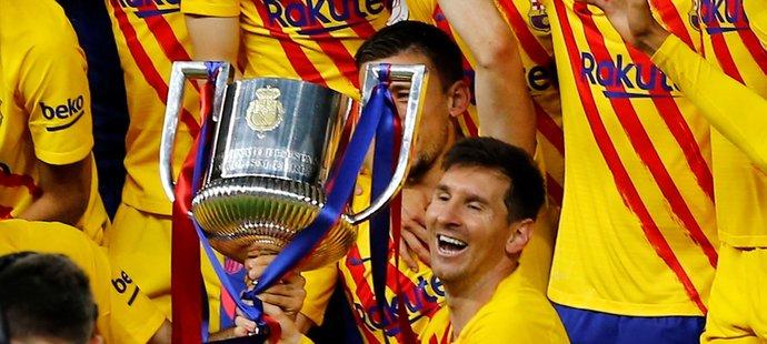 Lionel Messi se postupně fotil s několika mladšími spoluhráči jako by šlo o akci s fanoušky