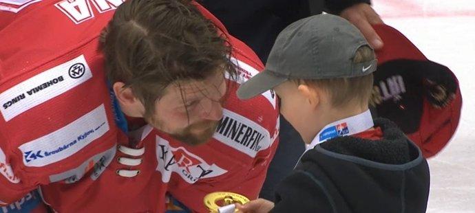 Kapitán Třince Petr Vrána se na ledě neubránil slzám. Přišel za ním i syn Leo.