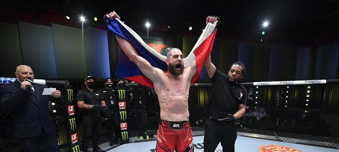 """Jiří """"Denisa"""" Procházka v hlavním zápase galavečera UFC on ESPN 23 porazil v Las Vegas Američana Dominicka Reyese KO ve 2. kole."""