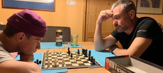 Šachovými partičkami s otcem Matěj Švancer trénuje hlavu
