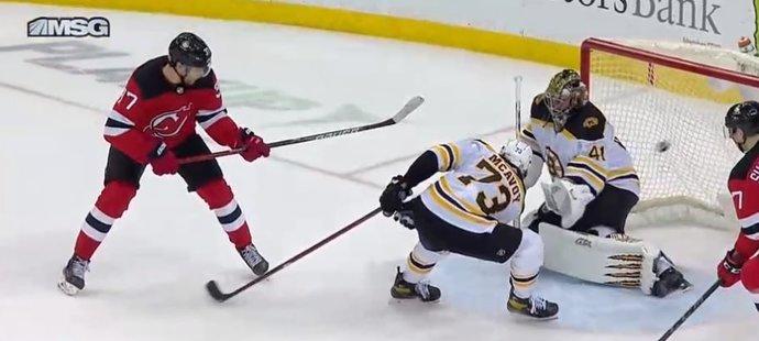 Útočník Devils Pavel Zacha překonává v prodloužení gólmana Bruins Jaroslava Haláka