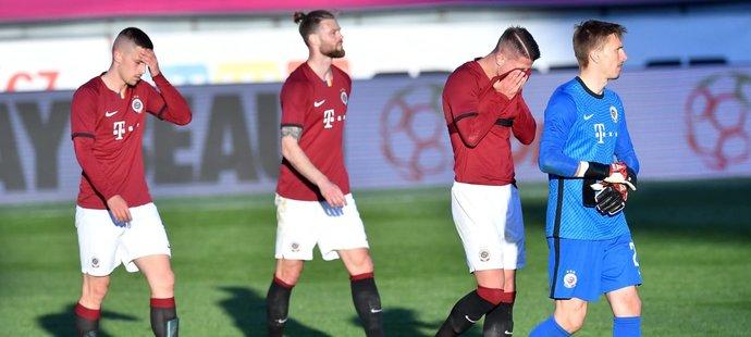 Zklamaní hráči Sparty po porážce Slavie v semifinále MOL Cupu