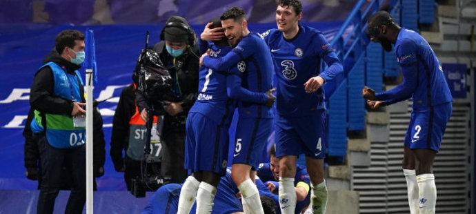 Fotbalisté Chelsea se radují z druhé branky v duelu s Realem