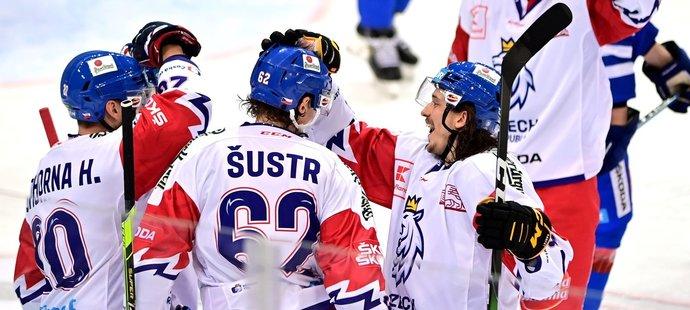 Čeští hokejisté se radují z gólu obránce Andreje Šustra