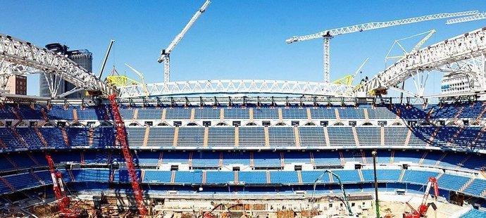Na Santiagu Bernabeu se rýsuje mohutná konstrukce střechy.