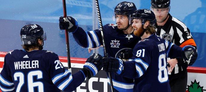 Radost hokejistů Winnipegu po gólu proti Torontu