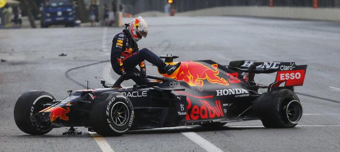 Maxe Verstappena 5 kol před koncem zradila levá zadní pneumatika