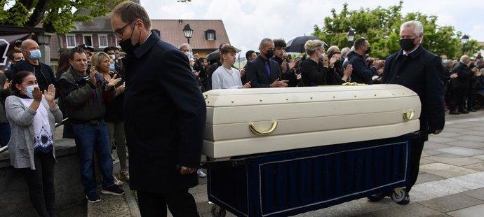 Bílou rakev s ostatky Jasona Dupasquiera nesou na katafalk kostela v Bulle