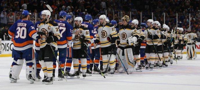 Hokejisté Bostonu prohráli šestý duel play off NHL na ledě New York Islanders 2:6 a skončila jim sezona
