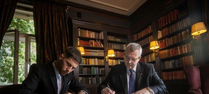 Srdjan Plavšič při podpisu smlouvy s šéfem Slavie Jaroslavem Tvrdíkem