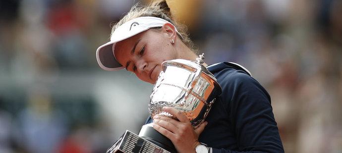 Barbora Krejčíková s trofejí pro vítězku Roland Garros