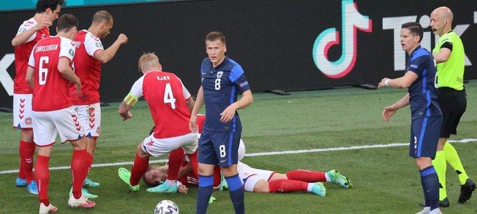 Strach na EURO. Během zápasu s Finskem zkolaboval Dán Christian Eriksen