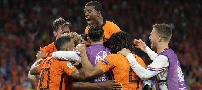 Oranžové nadšení po gólu Denzela Dumfriese