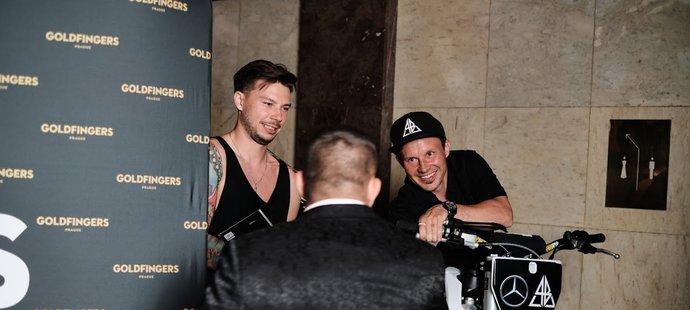 Libor Podmol se zdraví s Karlosem Vémolou před natáčením Karlos Show. Na pódium vjel stylově na motorce...