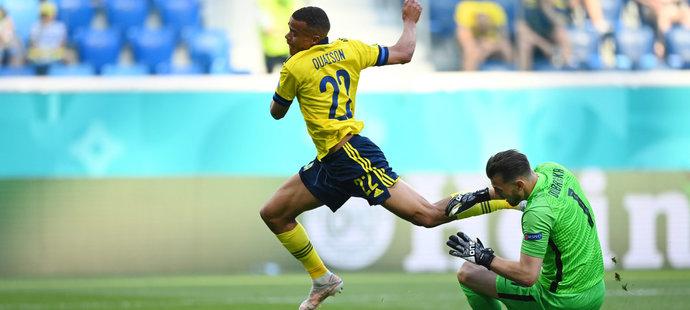 Robin Quaison padá po kontaktu se slovenským brankářem Dúbravkou, sudí zákrok posoudil jako penaltový...