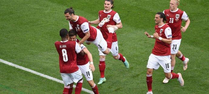 Rakušané slaví gól proti Ukrajině