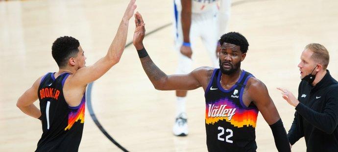 DeAndre Ayton (vpravo) a Devin Booker slaví výhru nad Clippers