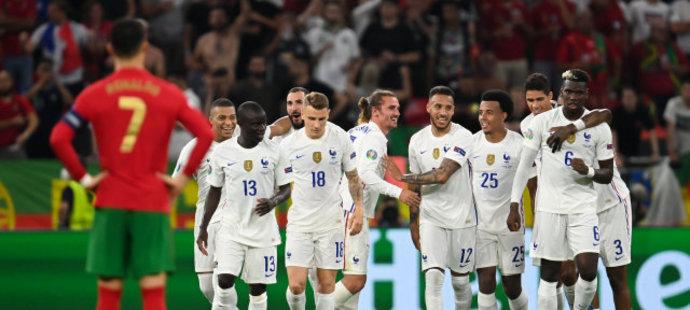 Radost fotbalistů Francie po brance v duelu s Portugalskem