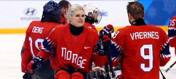 Za norský para hokejový tým hraje i žena! Železná bojovnice Lena Schroederová