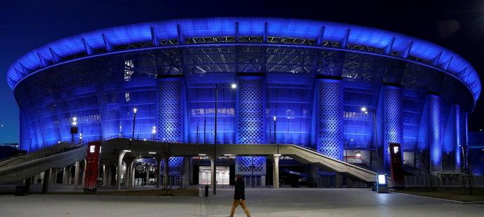 Nasvícená Puskás Arena v noci září do dáli