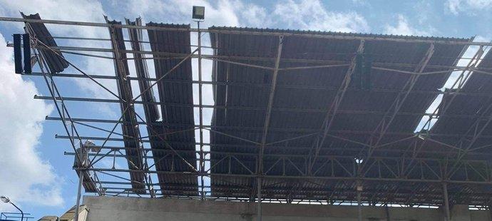 Takhle tornádo poničilo atletický stadion v Hodoníně