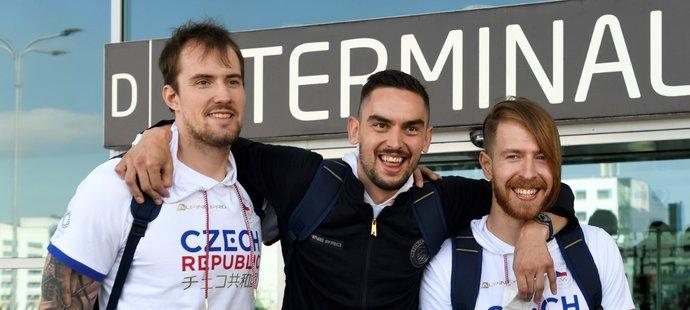 Čeští basketbalisté Ondřej Balvín, Tomáš Satoranský a Patrik Auda před odletem do Tokia