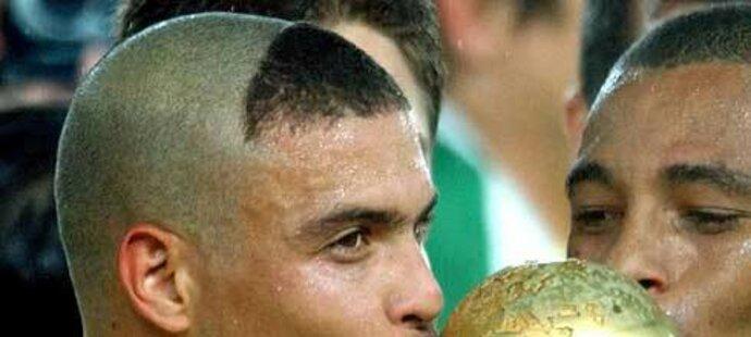 Mladík Ronaldo s trofejí pro mistry světa