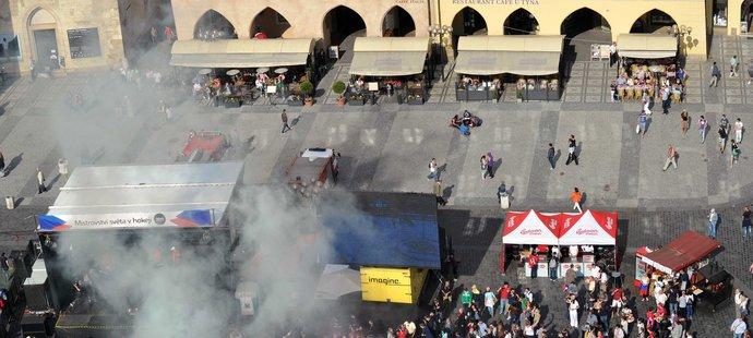 Utkání se Švédskem sledovaly na Staroměstském náměstí tisíce lidí. Ale vytouženého finále se dočkali. Češi prohráli 2:5.