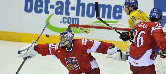 Ondřej Pavelec pochytal v semifinále spoustu vyložených šancí Švédů, přesto český tým pětkrát inkasoval