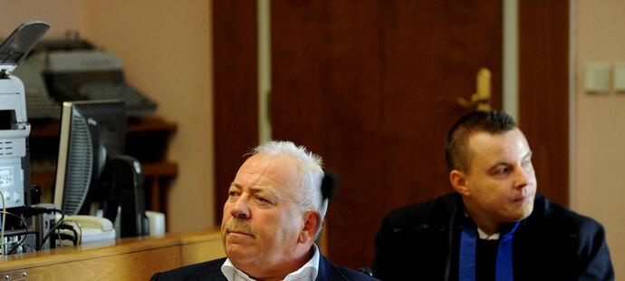 Někdejší šéf ČMFS František Chvalovský na lavici obžalovaných, za ním právník Jindřich Rajchl