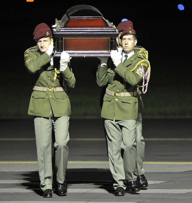 Čestná stráž nese rakev na letišti v Kbelích
