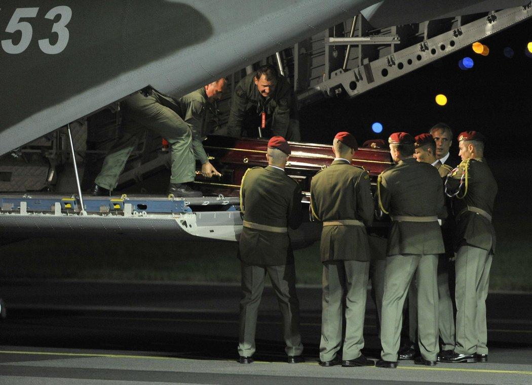 Čestná stráž vytahuje rakve z vládního speciálu, který v noci přivezl ostatky hokejistů z Ruska
