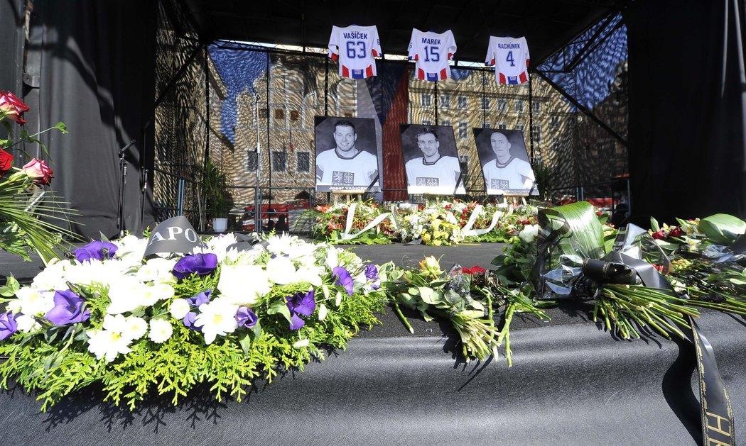 Poslední rozloučení s tragicky zesnulými hokejisty na Staroměstském náměstí