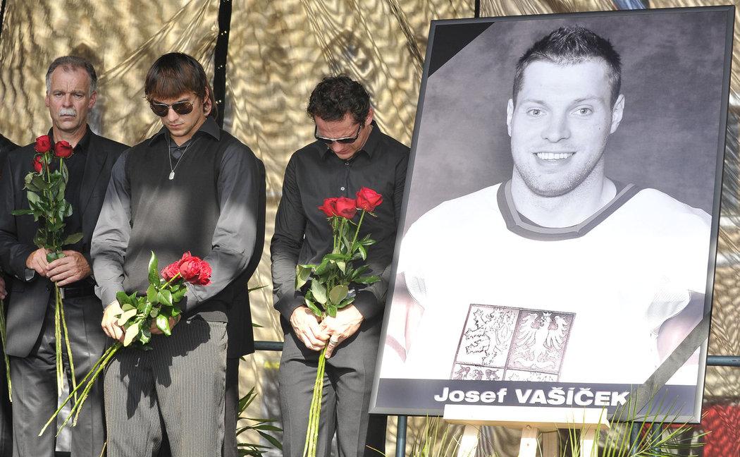 S hokejisty se přišel rozloučit i Slavomír Lener (vlevo)