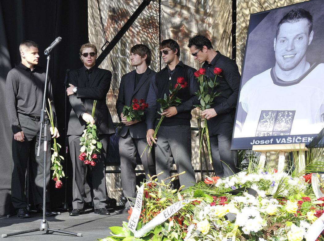 Sbohem, kamarádi. Hokejisté Hubáček, Voráček, Nakládal, Kovář a Eliáš během pietního aktu