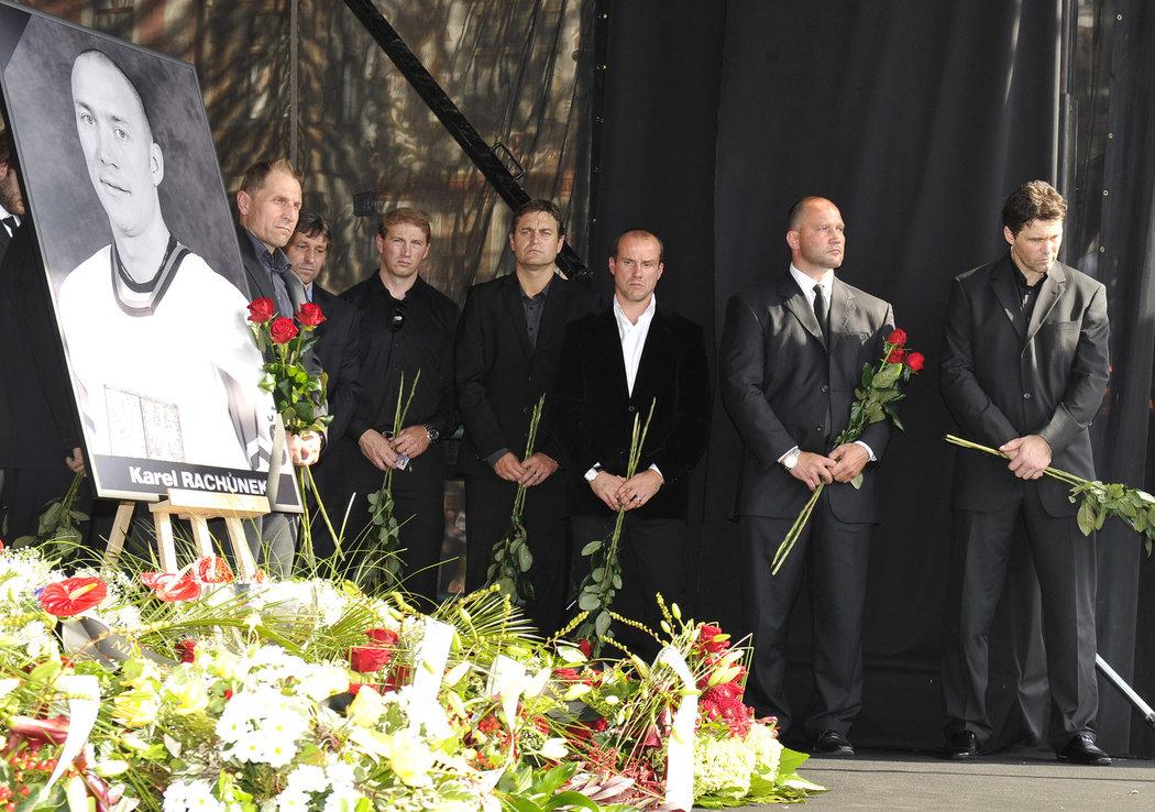 Rozloučit se přišli i Bedřich Ščerban, Josef Jandač, Petr Ton, Petr Bříza, Martin Straka, Jiří Šlégr i Jaromír Jágr
