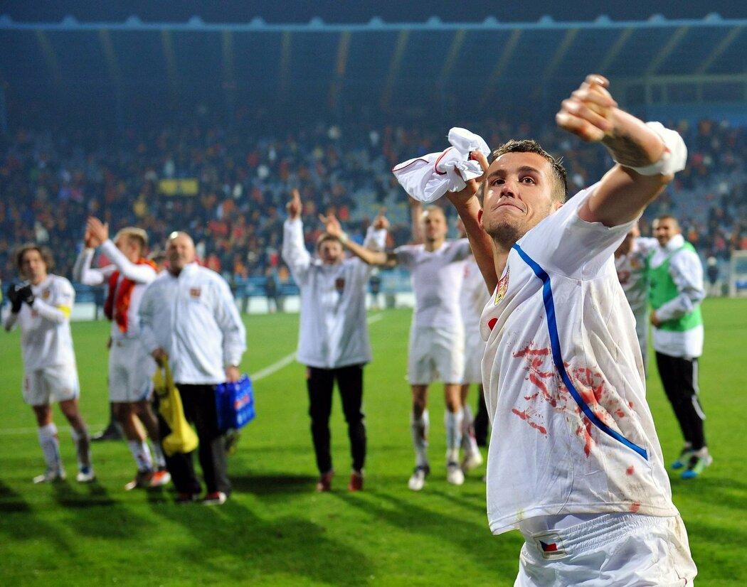 Tomáš Pekhart hází dres fanouškům po utkání v Podgorici