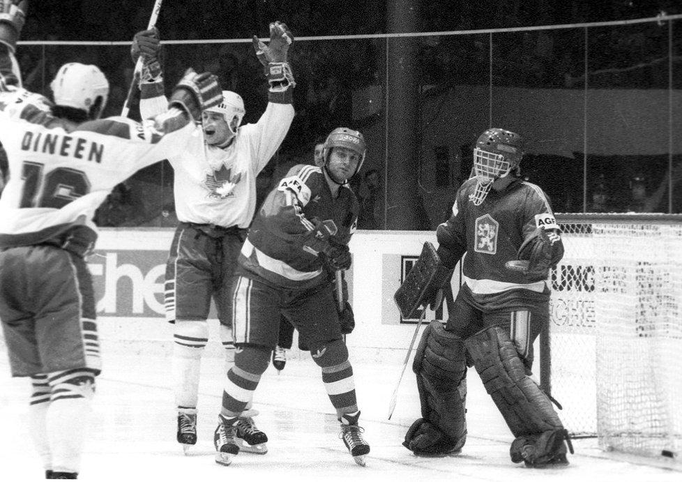 Pavel Richter před brankářem Jiřím Králíkem, který právě inkasoval gól od Kanaďanů na domácím šampionátu v roce 1985