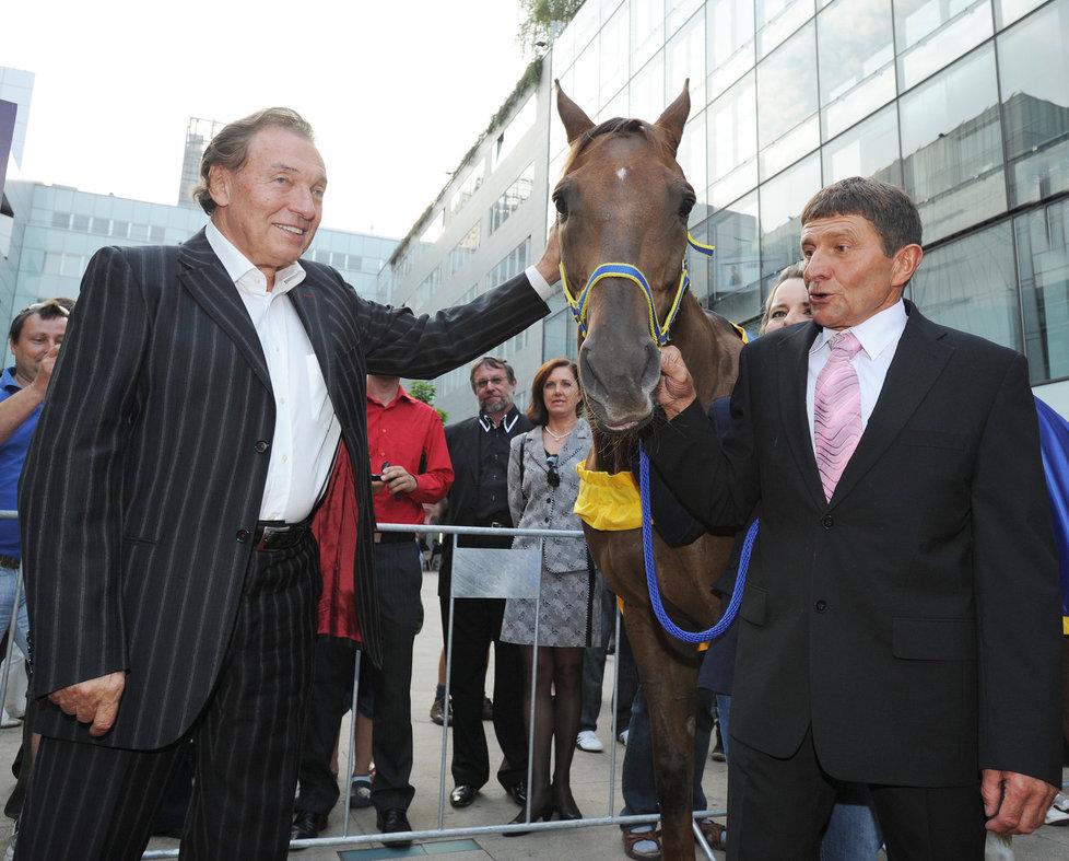 Karel Gott si pohladil i koně, kterého sebou na premiéru přivedl Josef Váňa