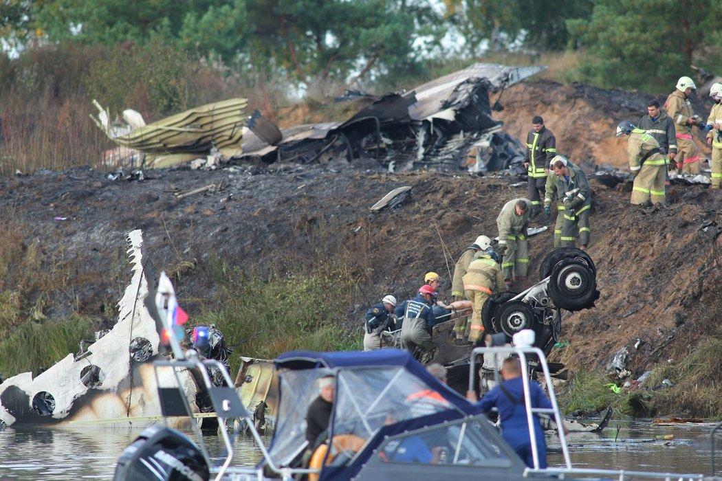 Záchranáři pracují v troskách letadla Jak-42, které se zřítilo s týmem Jaroslavle 7. září 2011
