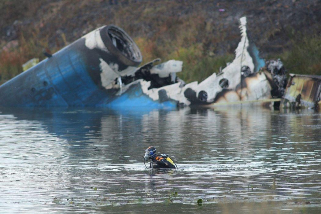 Potápeč poblíž trosek letadla pátrá po obětech leteckého neštěstí