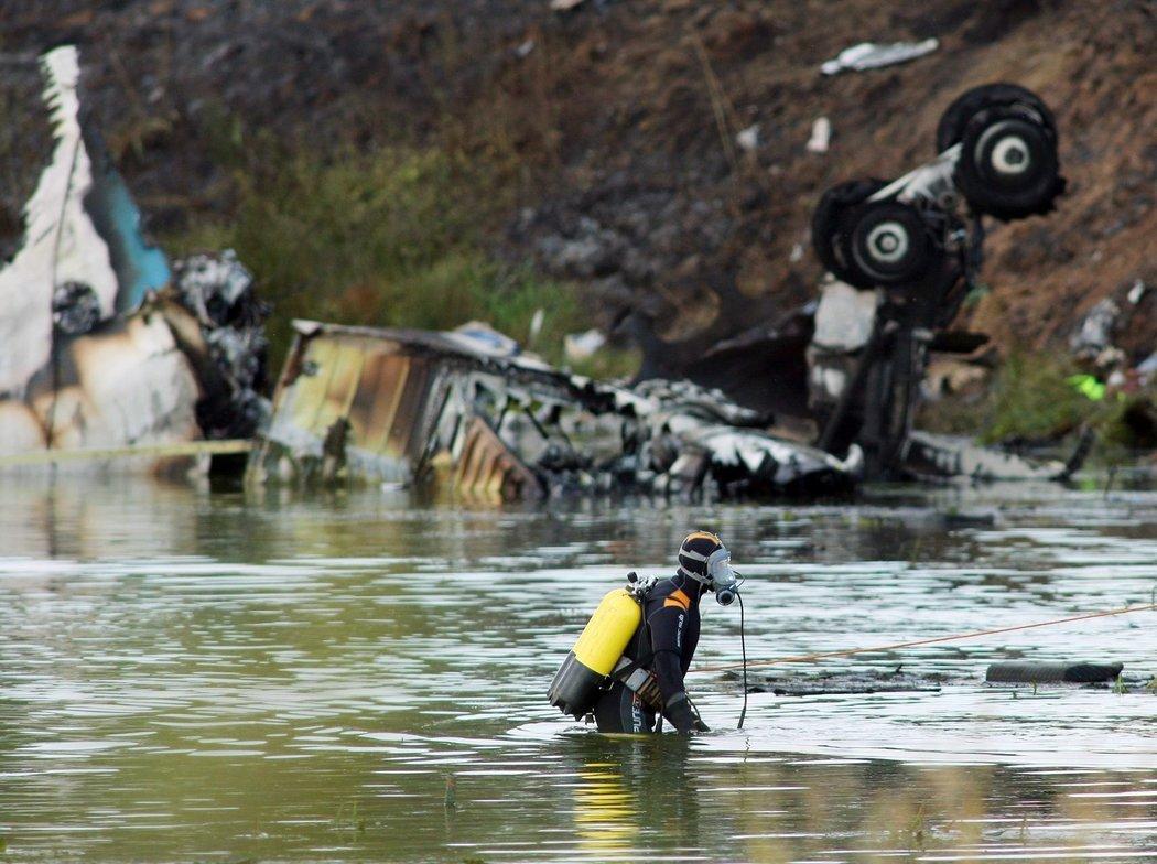 V troskách letounu přežili jen dva lidé, jeden z nich později také zemřel