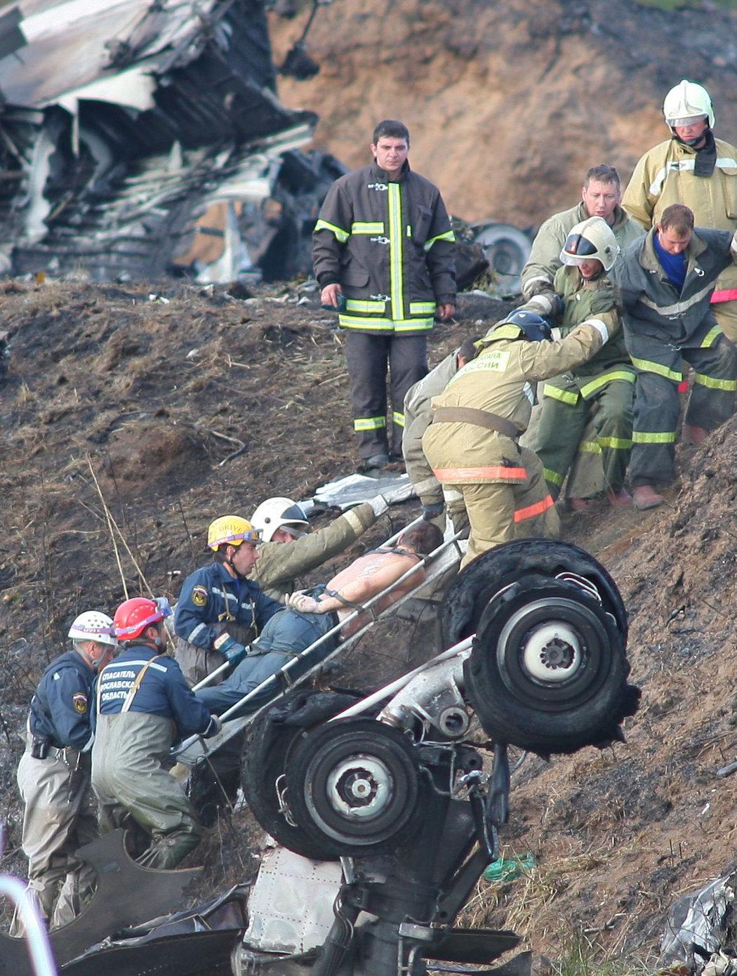 Záchranáři vynášejí na nosítkách jednu z obětí děsivé tragédie