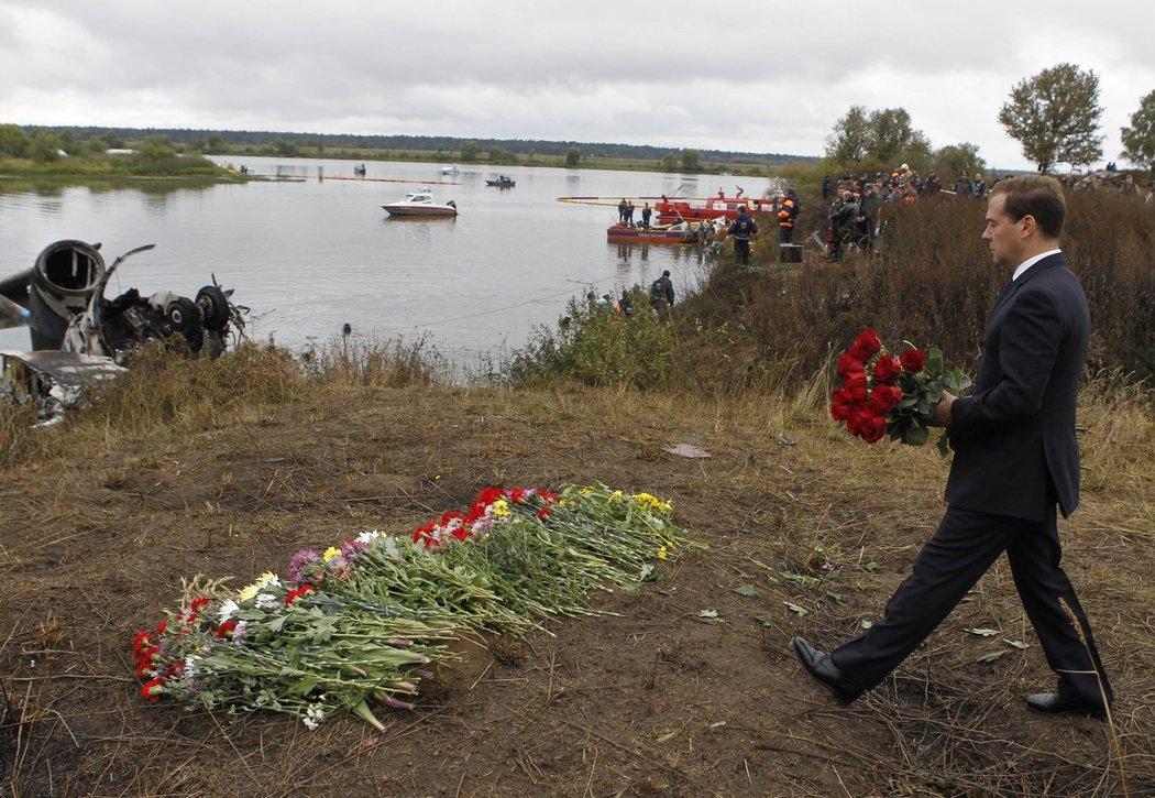 Ruský prezident Dmitrij Medvěděv přináší květiny na místo katastrofy