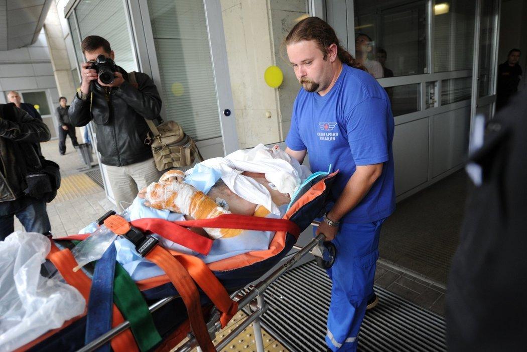 Jako jediný nehodu přežil palubní inženýr Alexandr Sizov. Na snímku ho lékaři převážejí do moskevské nemocnice