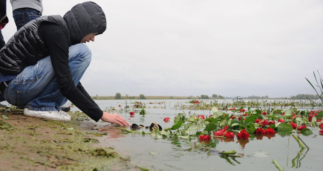 Lidé přinášejí květiny na místo neštěstí poblíž Jaroslavle, kde při letecké havárii zemřel celý tým místního Lokomotivu