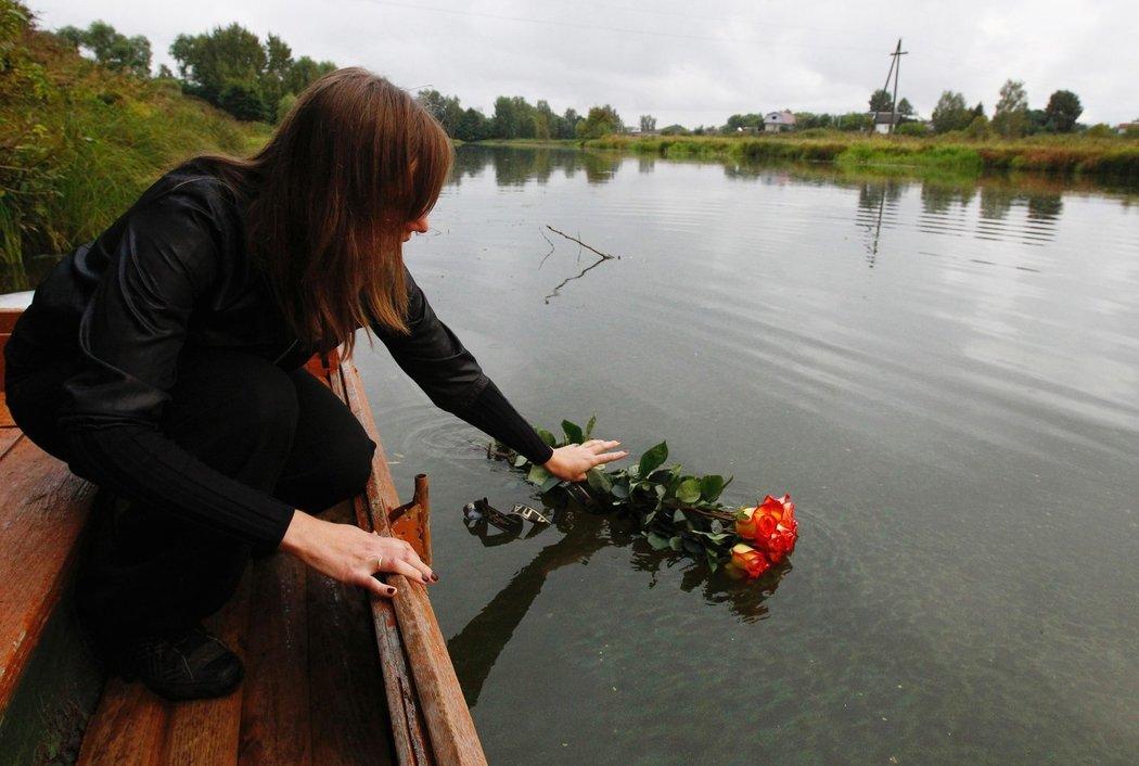 Fanoušci přinášeli květiny na místo tragédie