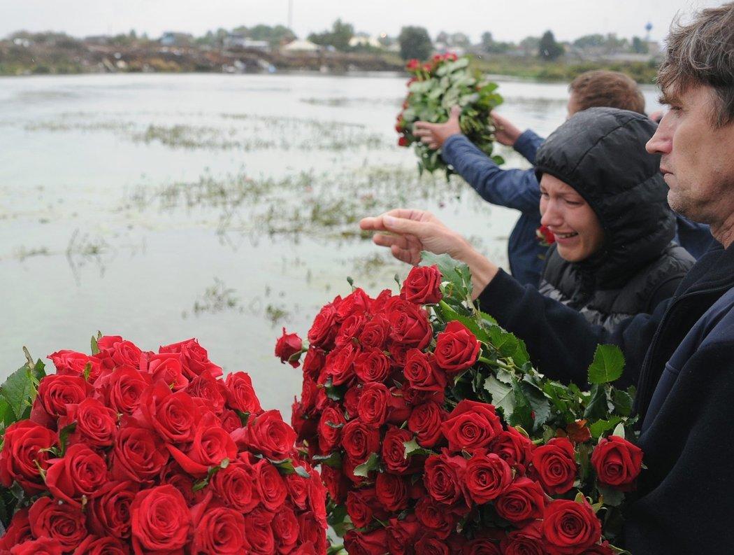 Květiny pro zemřelé hokejisty Jaroslavle téměř pokryly vodní plochu